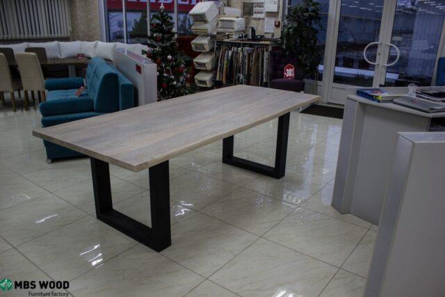 Mesa de madera con patas metálicas rectas