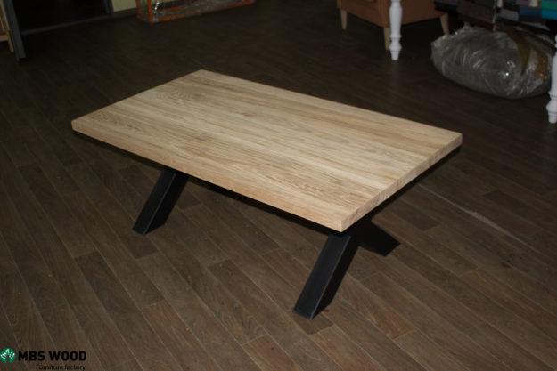 mesa de centro de roble con patas metálicas