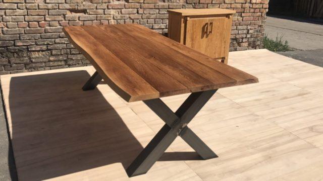 Mesa de comedor exterior con patas de metal