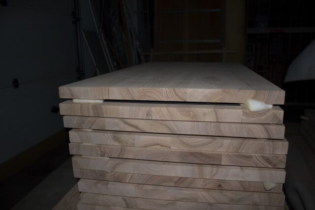 Parte lateral de las mesas de madera de roble