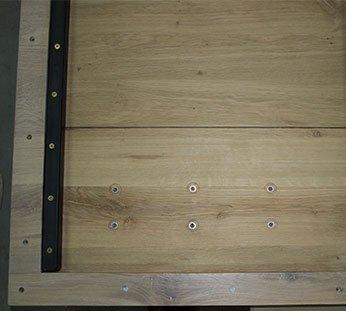 La parte inferior del tablero de la mesa.