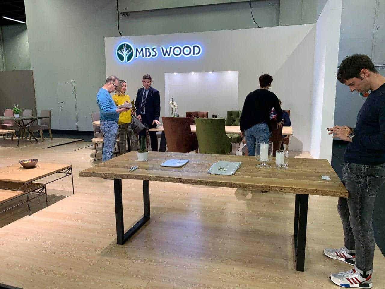 Exposición de muebles mesas de madera
