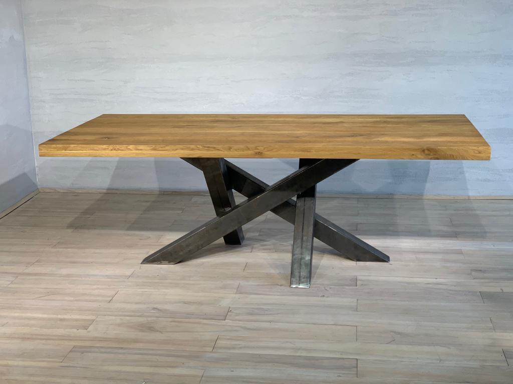 Mesa de comedor de roble con patas de metal